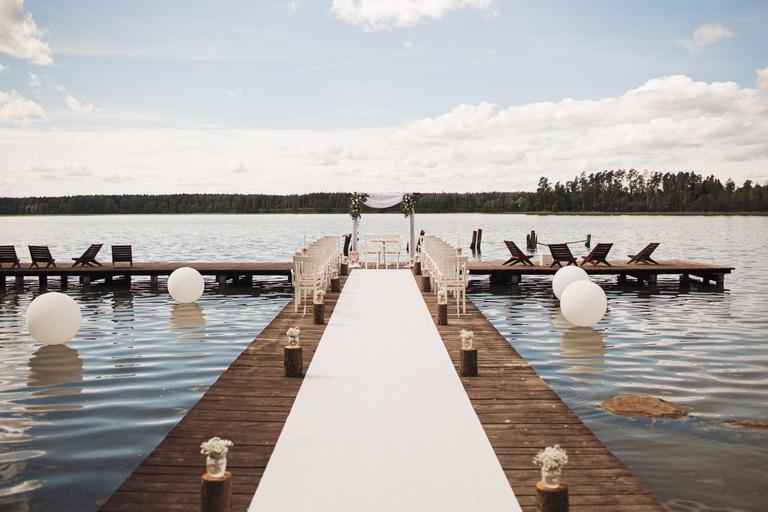 ślub kościelny w plenerze nad jeziorem